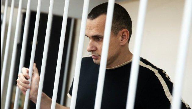 """Голодающего Сенцова в колонии """"соблазняют"""" сосисками - адвокат"""