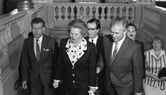 Из архива: Железная леди, бронзовый истукан, гранитная революция (1990)