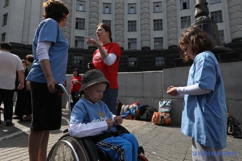 Пациенты с редкими болезнями вышли с пикетом под Кабмин