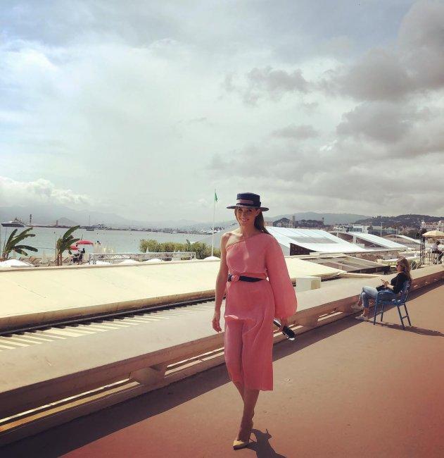 Катя Осадчая в Каннах вышла в свет в платье за 22 тысячи гривен (ФОТО)