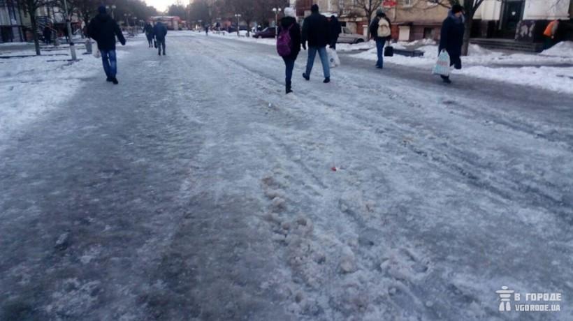 Тротуары Запорожья превратились в каток (ФОТО)