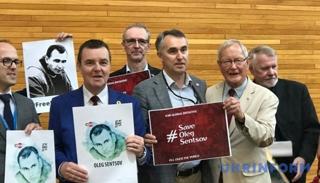 #SaveOlegSentsov: в Европарламенте провели флэшмоб