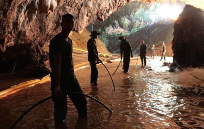 Спасатели освободили первых двух детей из пещеры в Таиланде