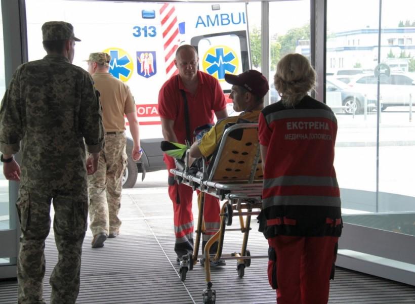 В Германию на лечение полетели военные, раненые на Донбассе