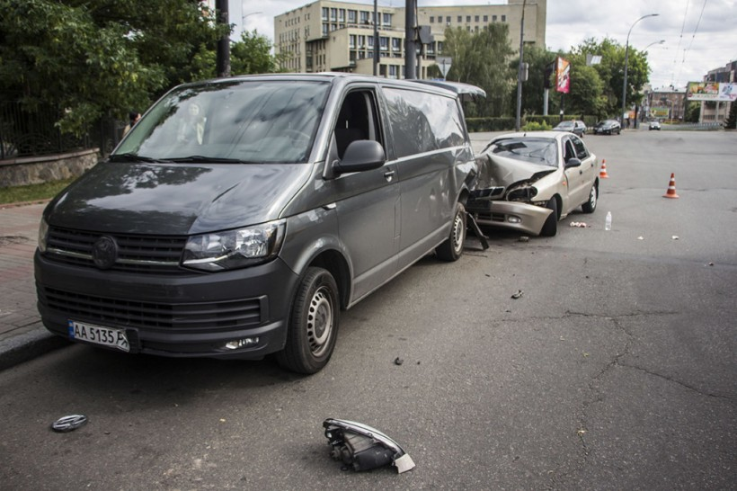 Возле роддома на Севастопольской площади в Киеве водитель Daewoo Lanos разбил две машины и сломал нос (ФОТО)