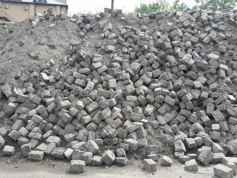В Одессе выбросили горы старинной брусчатки (ФОТО)