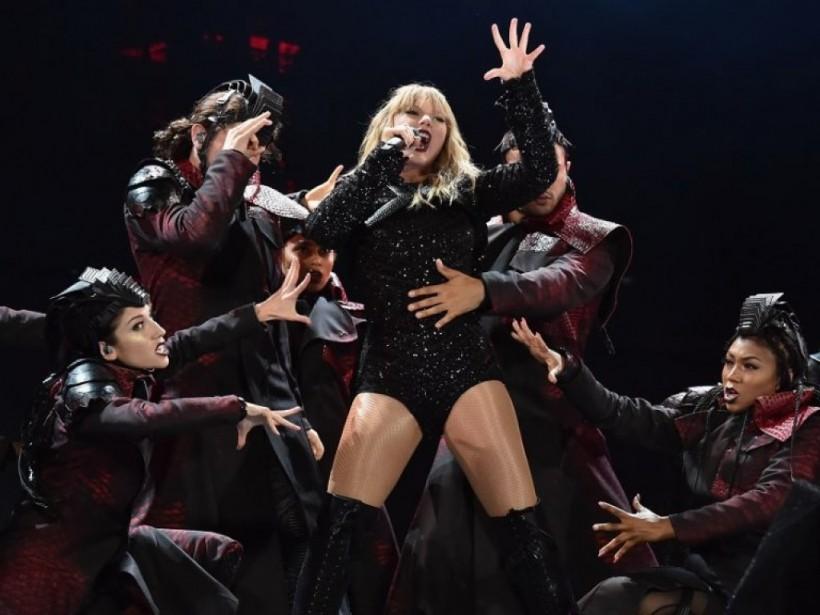 Тейлор Свифт оконфузилась во время концерта (ВИДЕО)