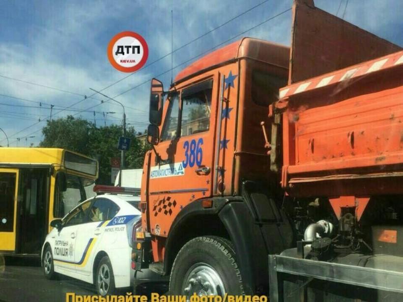 В Киеве автомобиль Suzuki с девушкой за рулем влетел под КамАЗ, образовалась пробка (ФОТО)