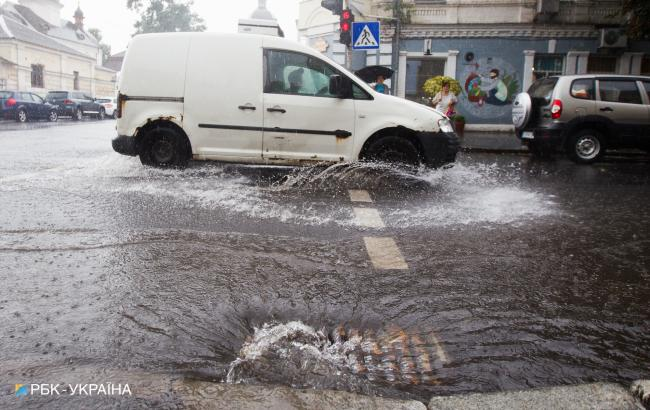 В Киеве сильный ливень затопил центр города