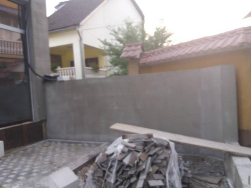 Беспредел на местах: В Закарпатской области суд возвел бетонную стену у чужой собственности(ФОТО)