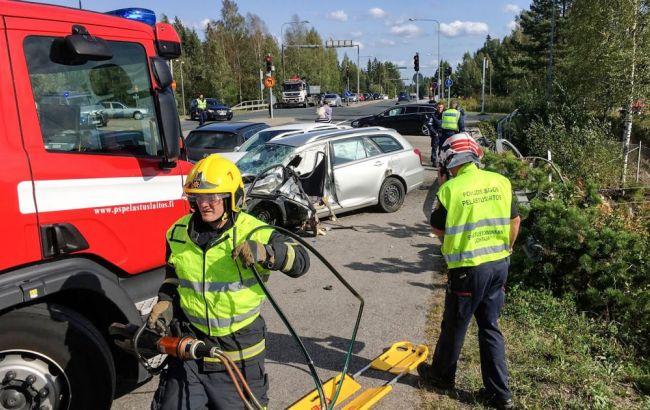 В Финляндии пассажирский автобус упал с моста
