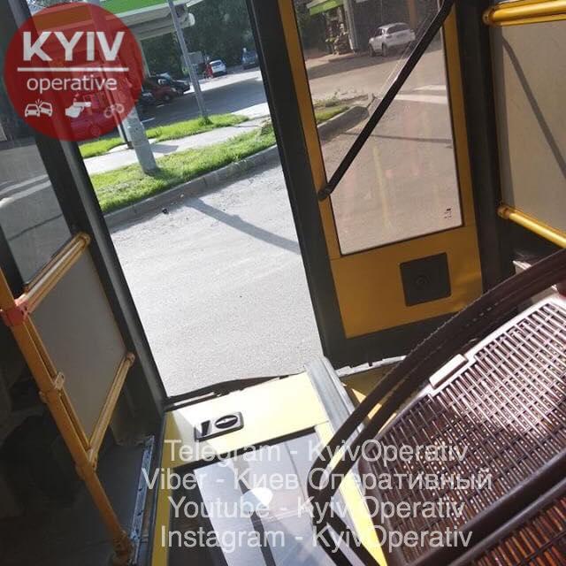 В Киеве у автобуса на ходу отвалились двери (ФОТО)