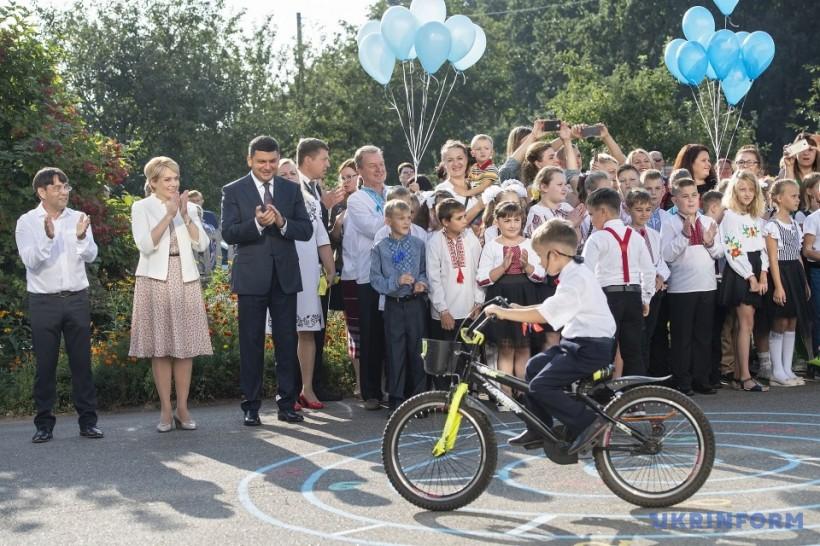 Гройсман и Гриневич поздравили с началом обучения учащихся опорной школы на Киевщине