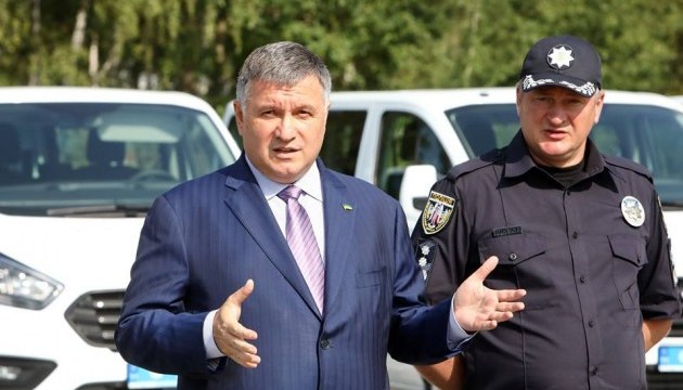 """Аваков назвал """"клоунадой и фарсом"""" решение о загранпаспорте Омеляна"""