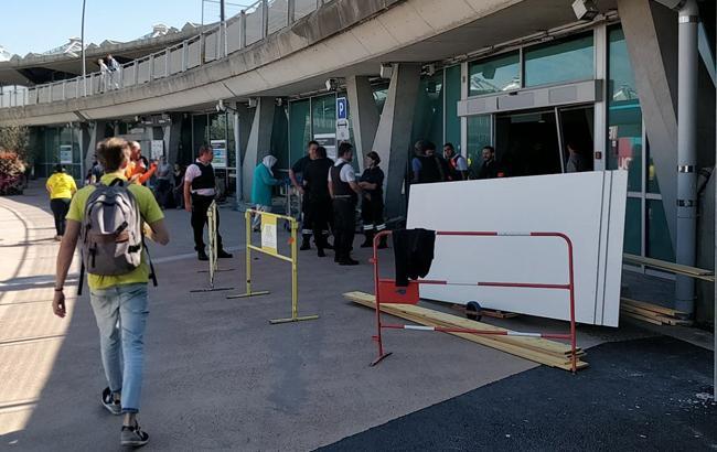 В аэропорту Лиона автомобиль выехал на взлетную полосу, полеты приостановлены