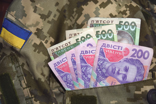Президент рассказал, какую зарплату будут получать военные в зоне боевых действий