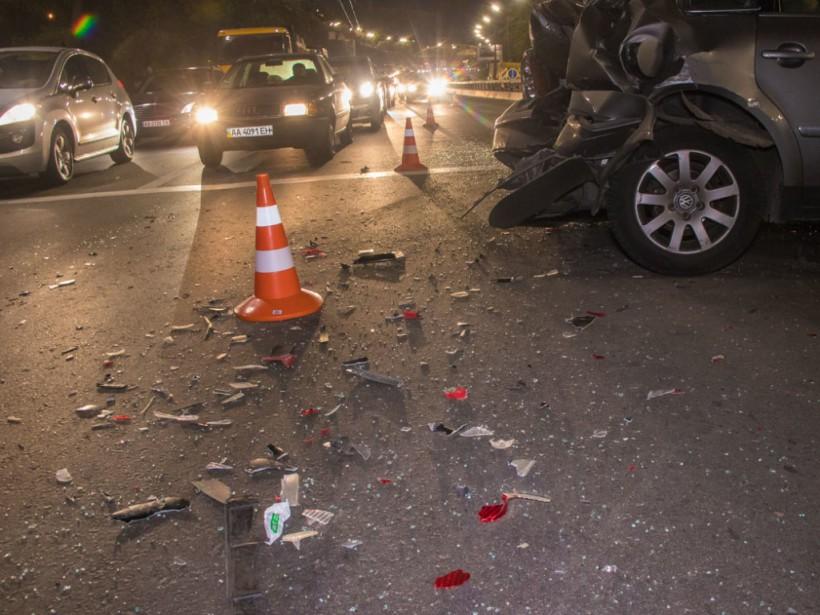 В Киеве на перекрестке улиц Елены Телиги и Ольжича Ford разбил Volkswagen и скрылся (ФОТО, ВИДЕО)