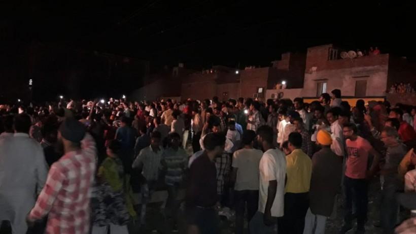 Наблюдали за сжиганием чучела: в Индии поезд въехал в толпу людей, минимум 50 человек погибли (ФОТО, ВИДЕО)