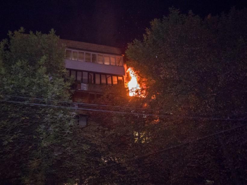 Ночью в центре Киеве по вине пьяного произошел крупный пожар в многоэтажке (ФОТО, ВИДЕО)