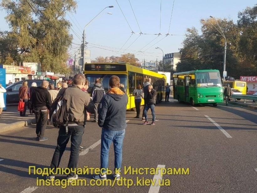 Два автобуса столкнулись на столичных Нивках: движение транспорта парализовано (ФОТО)
