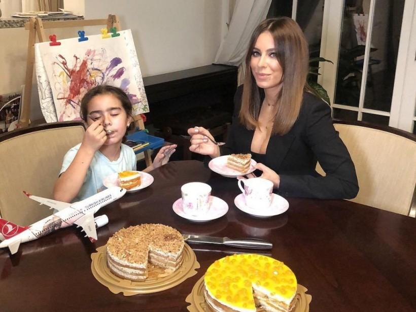 «Зарабатывает на ребенке!»: Ани Лорак заставляет дочь сниматься в рекламе – соцсети