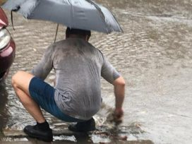 Герой: Случайный прохожий спасал Львов от потопа (ФОТО, ВИДЕО)