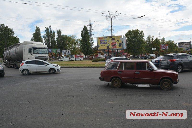 В Николаеве возле автовокзала столкнулись два «Форда»: образовалась пробка (ФОТО)