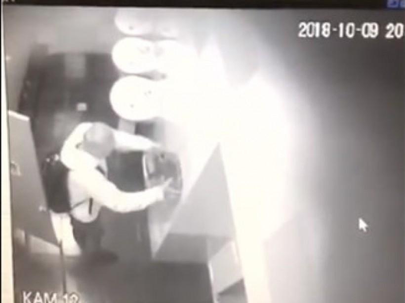 Из туалета столичного кинотеатра украли сушилки для рук и мыльницы (ФОТО)