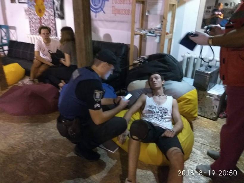 Избили музыкантов и зрителей: в Мариуполе на концерт напали неизвестные в балаклавах (ФОТО)