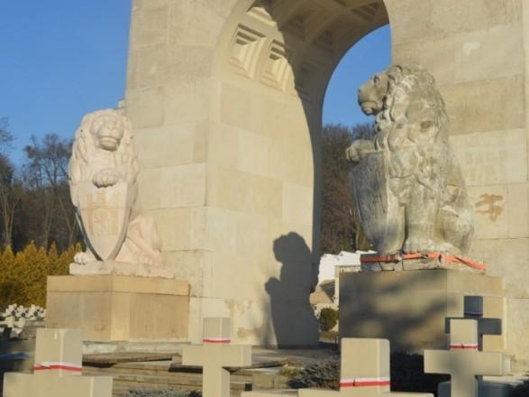 В Польше отреагировали на решение о сносе львов с кладбища орлят