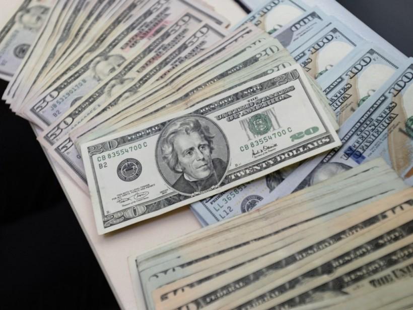 Японцу в центре Киева подсунули 10 тысяч фальшивых долларов