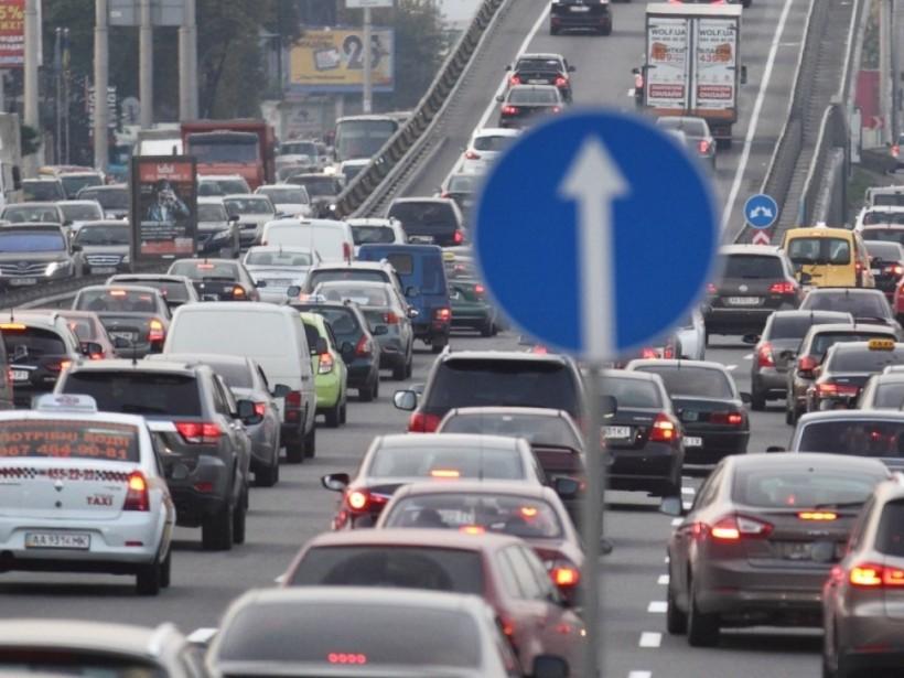 Из-за утреннего тумана в столице образовались большие автомобильные пробки (КАРТА)