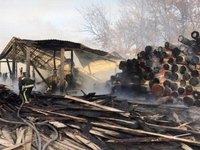 В Харькове горели склады с лесоматериалами (ФОТО, ВИДЕО)