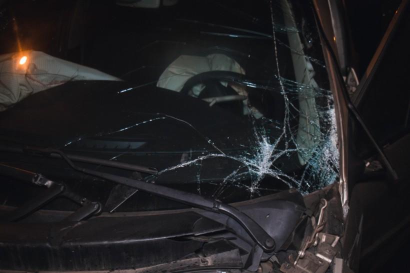 На Почтовой площади в Киеве у Renault на ходу оторвалось колесо: авто влетело в отбойник (ФОТО)