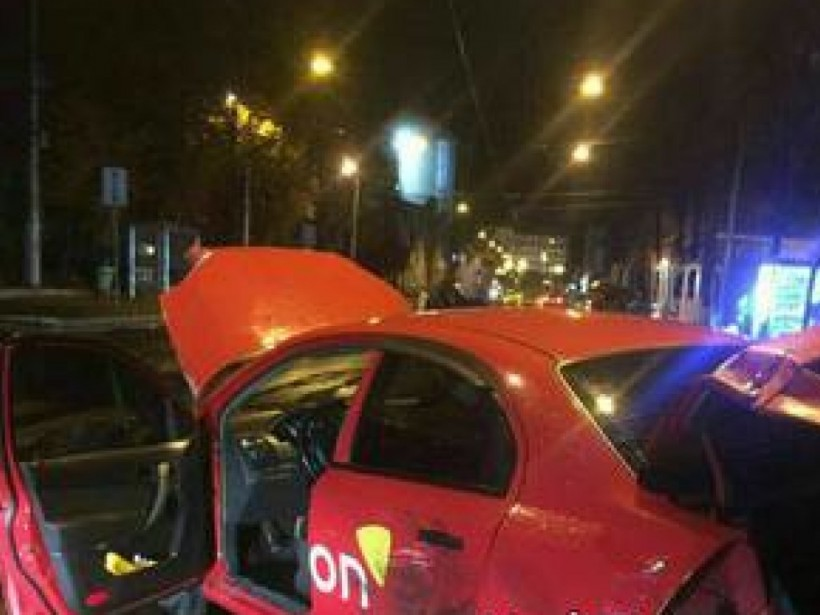 В Харькове такси протаранило витрину магазина (ФОТО)