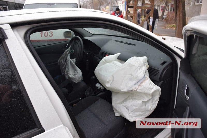 В центре Николаева столкнулись две Skoda: пострадали два человека (ФОТО)