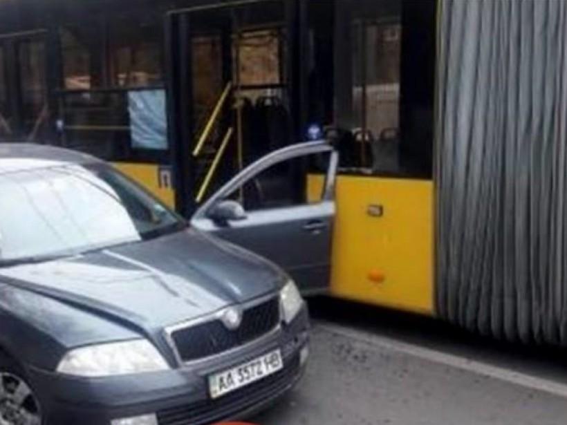 В Киеве водитель Skoda неудачно открыл двери на проезжей части (ФОТО)