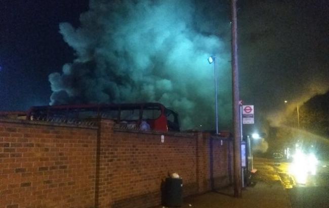 На окраине Лондона загорелись автобусы, пожар сопровождается взрывами