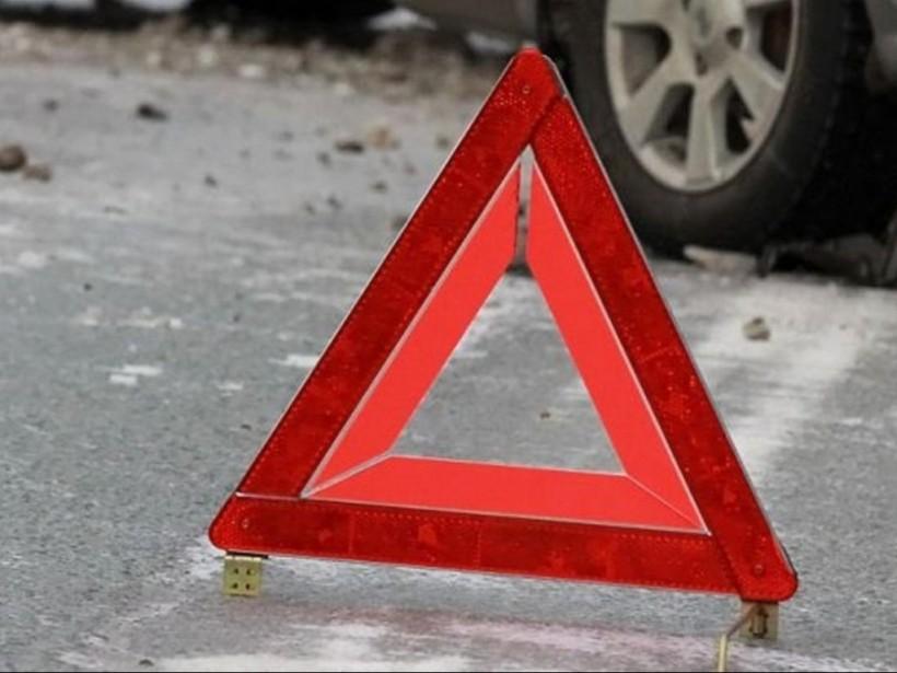 Пока копы оформляли аварию: Беременная женщина хотела украсть вещи с места ДТП в Киеве (ВИДЕО)