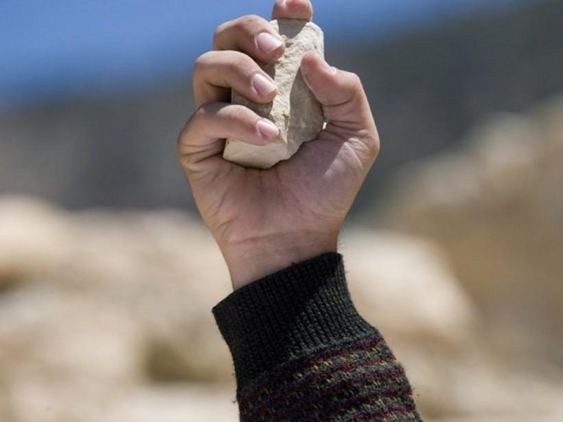 Хулиганы забросали камнями столичных коммунальщиков