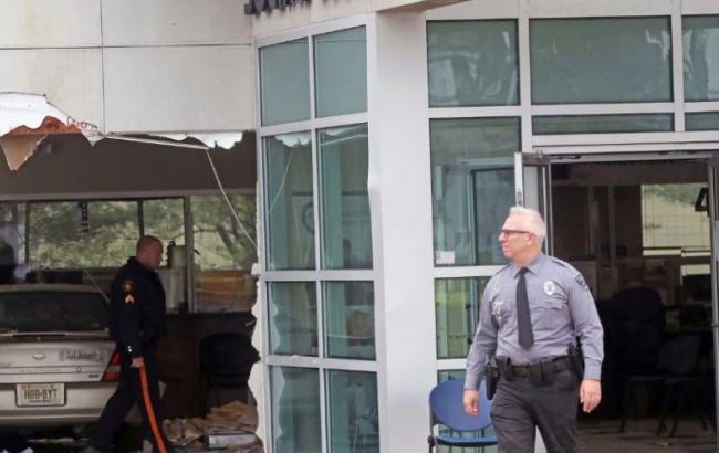В Нью-Джерси автомобиль врезался в офис, пострадало 20 человек