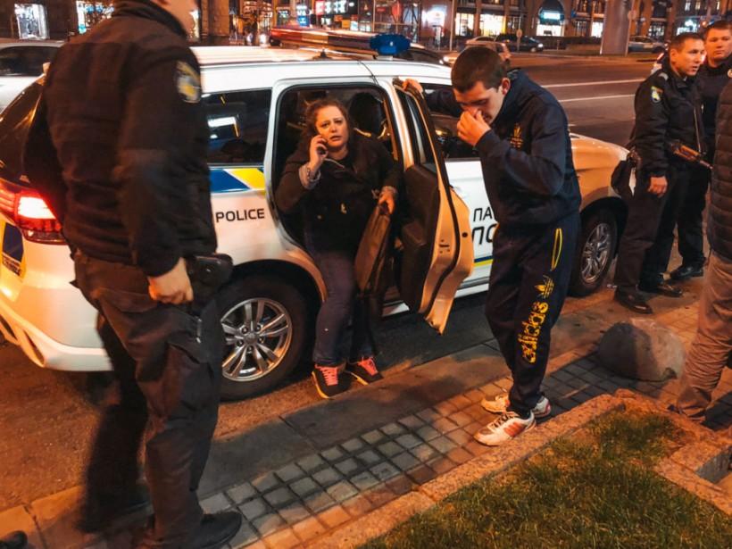 Бросался на людей и плакал: в центре Киева неадекватный парень бегал по дороге (ФОТО)