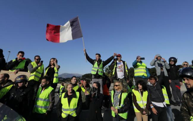 В Париже протестующие повредили Триумфальную арку