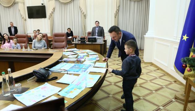 В Секретариате Кабмина к празднику Николая устроили конкурс детских рисунков