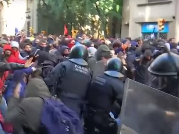 В Барселоне произошло столкновение полиции с сепаратистами, есть задержанные