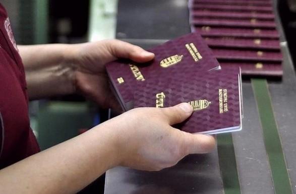 Венгрия прекратила выдавать паспорта в своих консульствах в Украине
