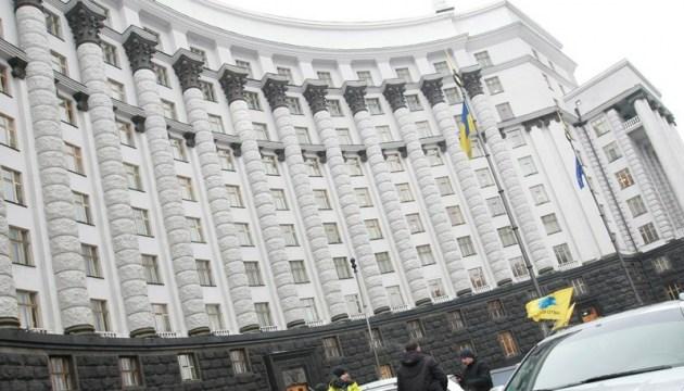 Под Кабмином митингуют строители и работники Укрпочты