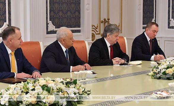 Лукашенко рассказал, кто заправляет украинские танки