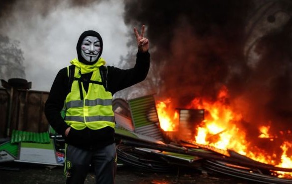 """Опубликовано видео нападения """"желтых жилетов"""" на полицейский автомобиль в Лионе"""