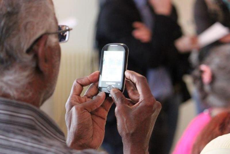 Как выбрать телефон для бабушки или дедушки